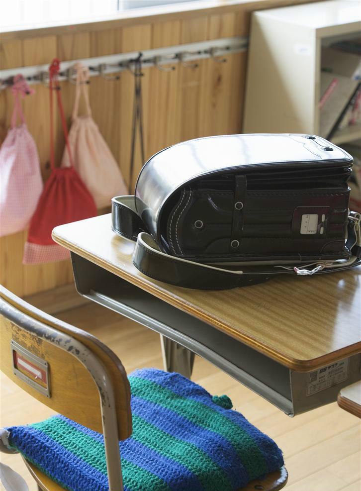 """学生课桌椅也要""""量身定制"""",广州中小学负责人看看学生用的是否及格"""