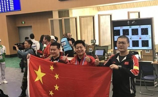 恭喜!中国军团军运会首金诞生:射击项目笑傲群雄,高举国旗庆祝